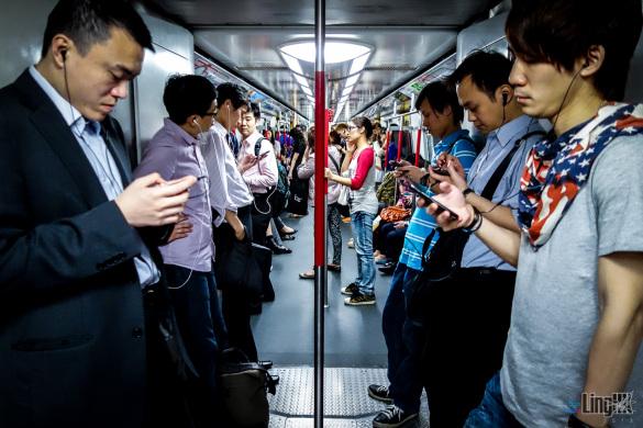 smart phones on metro